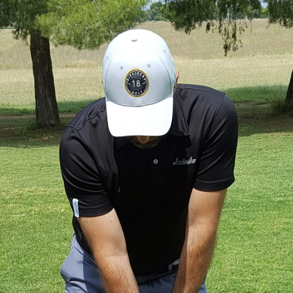 Look de gorra de golf modelo hole color gris claro