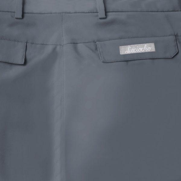 Detalle bolsillo pantalón de golf de hombre color gris modelo par