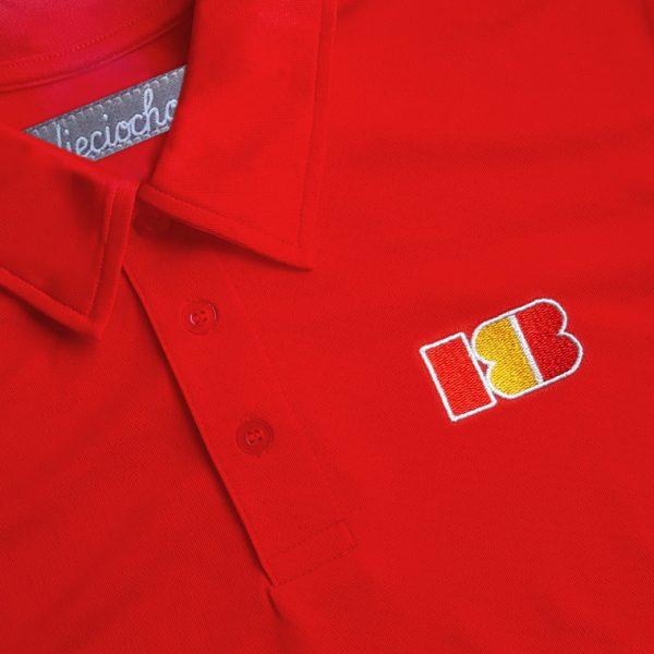 Detalle del polo de golf de hombre modelo approach color rojo