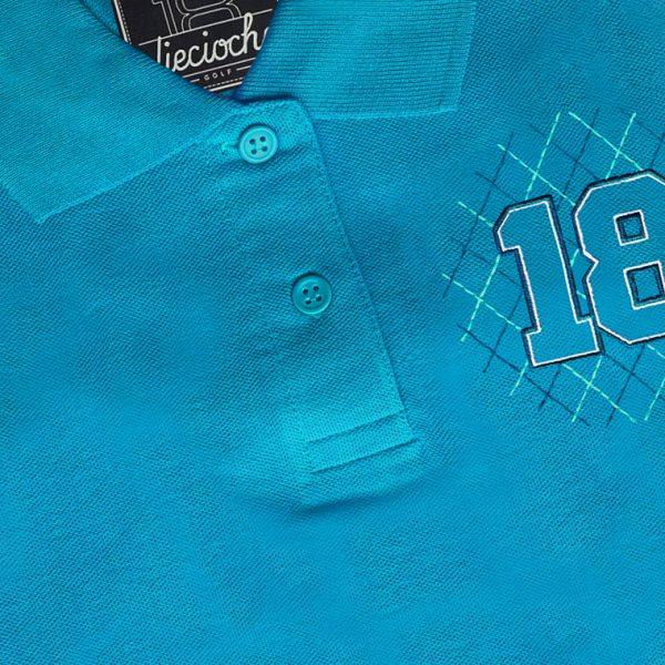 Detalle del polo de golf de hombre modelo greensome color azul