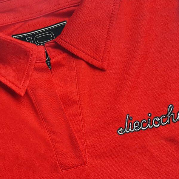 Detalle del polo de golf de mujer modelo foursome color rojo