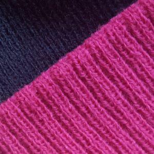 detalle tejido gorro golf modelo par colores marino fucsia