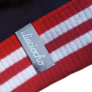 detalle gorro golf modelo par colores marino rojo y blanco