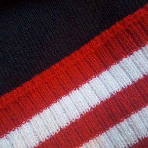 detalle tejido gorro golf modelo par colores marino rojo y blanco