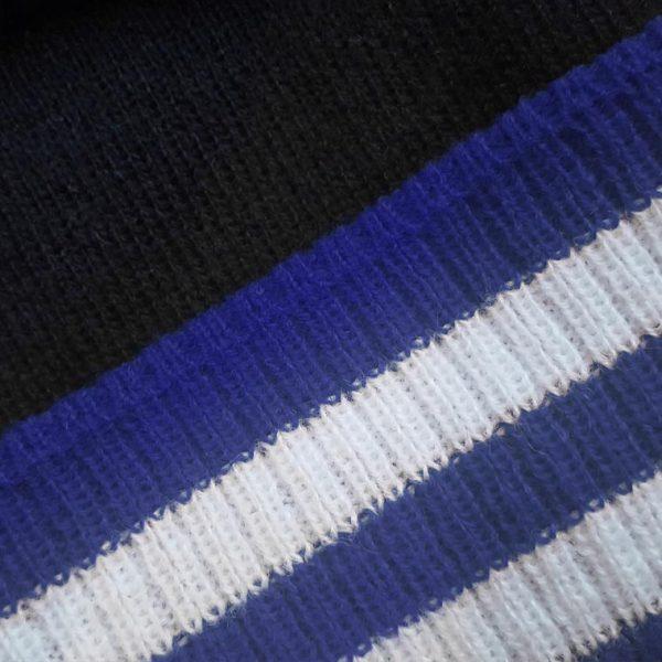 detalle tejido gorro golf modelo par colores negro azul y blanco