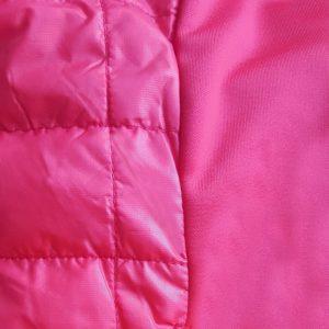 Detalle del tejido chaleco de golf de mujer modelo caddie color fucsia