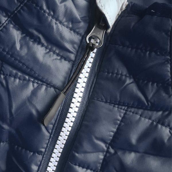 Detalle del chaleco de golf de mujer modelo caddie color azul marino
