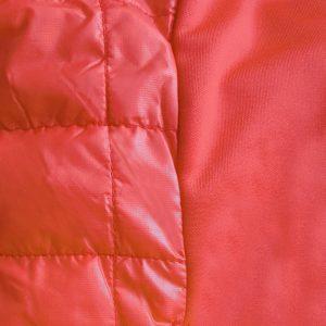 Detalle del tejido chaleco de golf de mujer modelo caddie color rojo