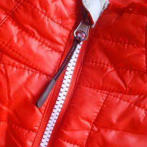 Detalle del chaleco de golf de mujer modelo caddie color rojo
