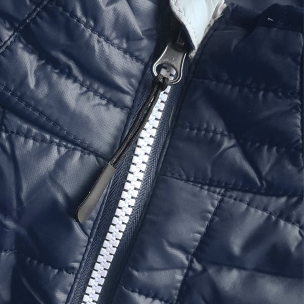 Detalle del chaleco de golf de hombre modelo caddie color azul marino