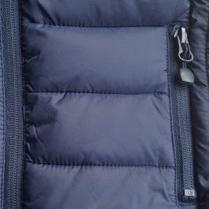 Detalle tejido chaleco de golf acolchado de niña color azul marino modelo junior