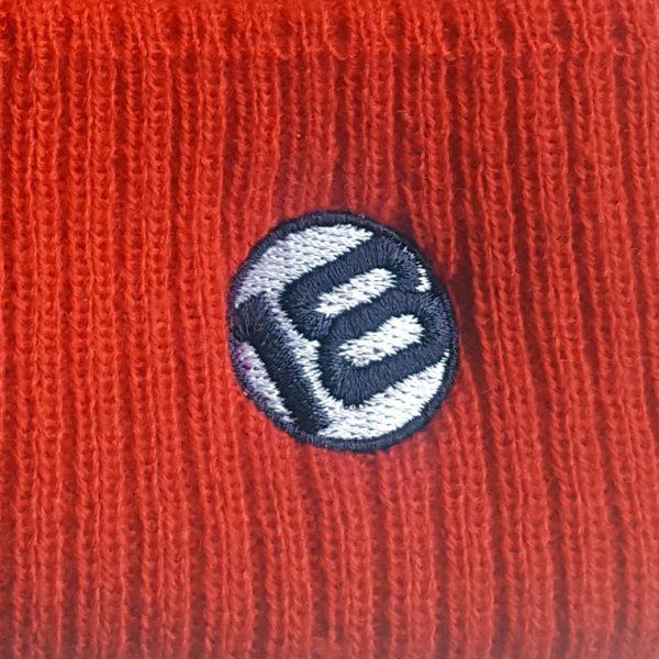 detalle bordado gorro de golf de niño modelo caddie color rojo