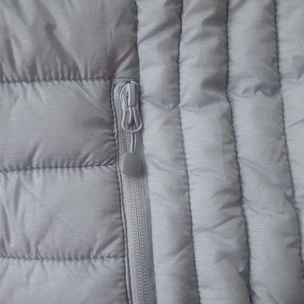 Detalle del bolsillo chaleco de golf de mujer modelo spin color gris