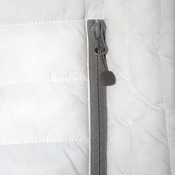 Detalle del bolsillo chaleco de golf de mujer modelo spin color blanco