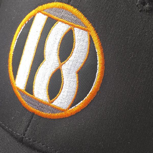 Detalle frontal gorra de golf color negra modelo draw