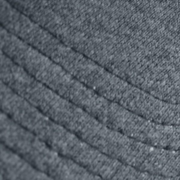 Detalle del tejido de la gorra de golf de punto de algodón gris oscuro