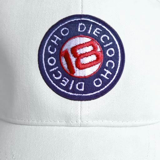 Detalle gorra de golf modelo caddie color blanco