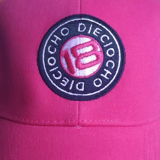 Detalle gorra de golf modelo caddie color fucsia
