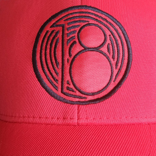 Detalle bordado gorra de golf modelo fade color rojo