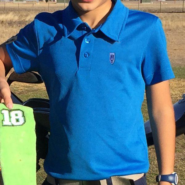detalle polo de golf de niño color azul modelo stroke