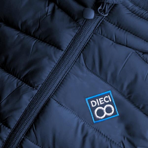 Detalle-bordado-chaleco-golf-azul-marino-mujer-modelo-spin