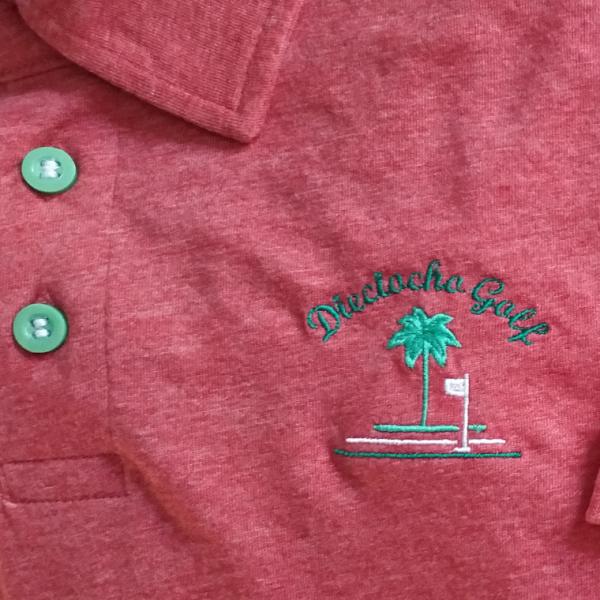 Detalle-Polo-rojo-golf-hombre-beach